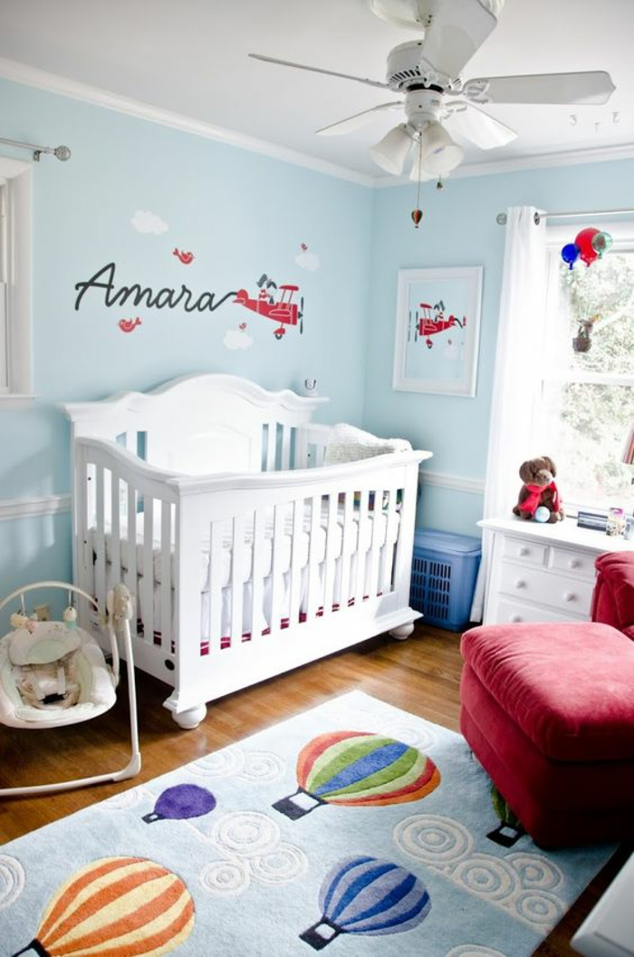 cool idee deco chambre bebe fille avec des murs en bleu canard et lit en blanc avec with plafond. Black Bedroom Furniture Sets. Home Design Ideas