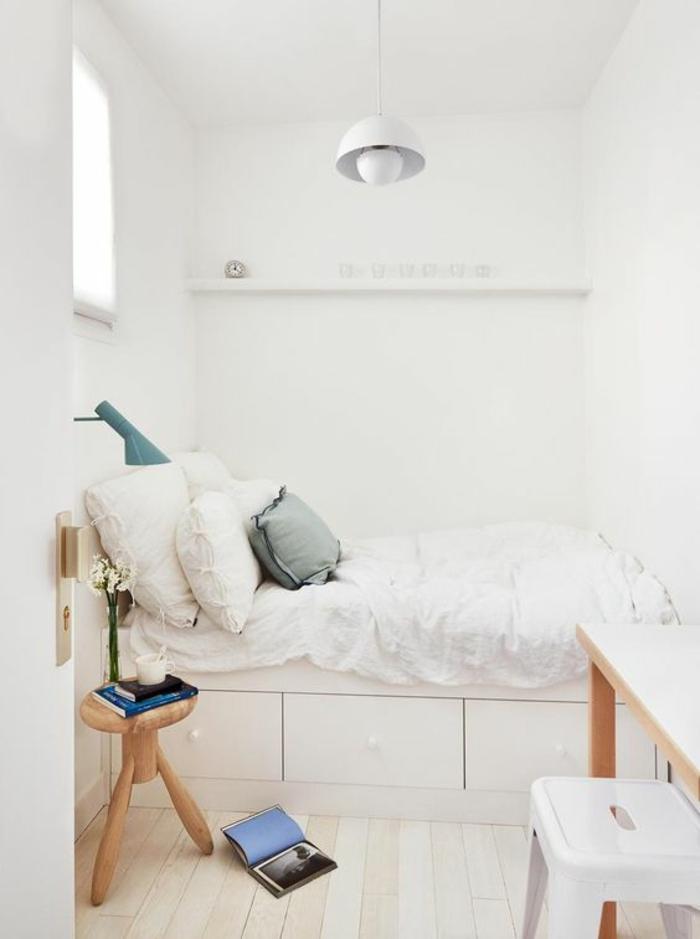 décoration chambre adulte, petit tabouret en bois qui sert de table de chevet, luminaire blanc au plafond de style industriel en métal, tabouret blanc en plastique devant un bureau en bois couleur beige
