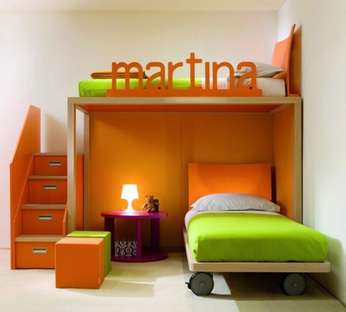 amenagement petite chambre en orange et réséda, avec lit à roulettes, inscription du nom de l'adolescente sur le lit au deuxième niveau, marches de l'escalier du lit en forme de tiroirs profonds