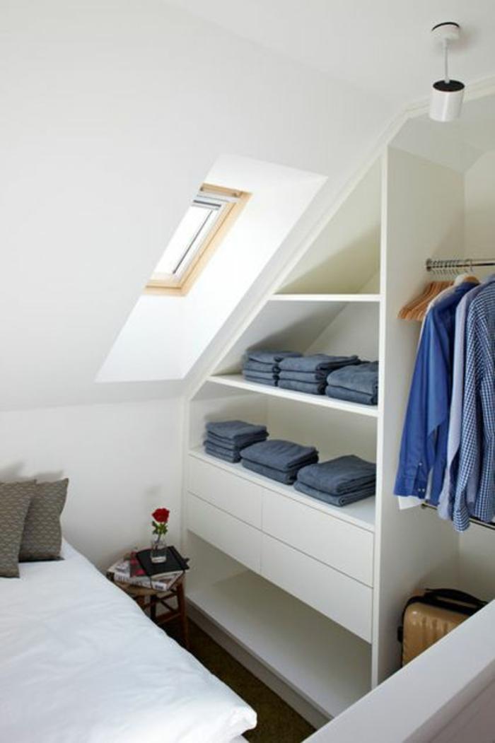 deco petite chambre adulte sous les combles pour monsieur solo avec fenêtre sur le toit, luminaire discret en métal gris clair