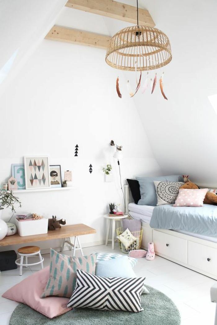 décoration chambre adulte en bleu pastel et blanc, aménagée en style boho chic, avec grand luminaire rond en canne tressée, se terminant par des plumes, en style ethno
