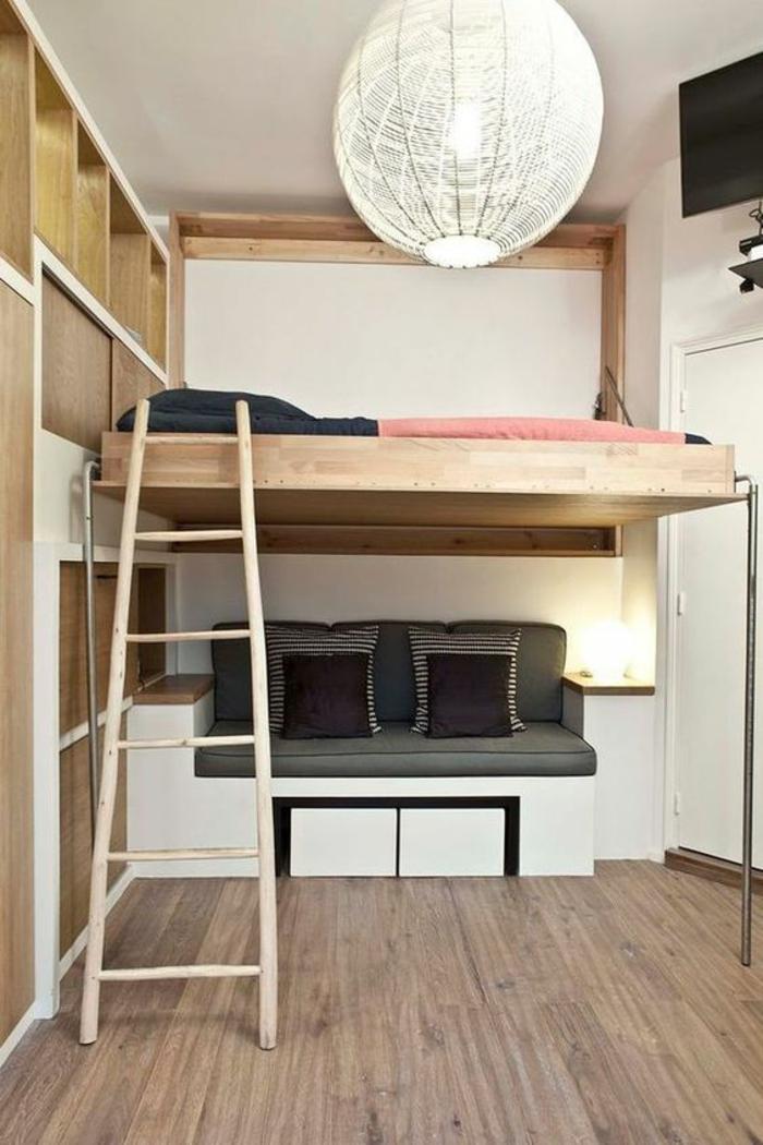 chambre adulte petit espace canapé en gris, noir et blanc, grand luminaire boule en carton, parquet gris, escalier pour le lit en bois clair