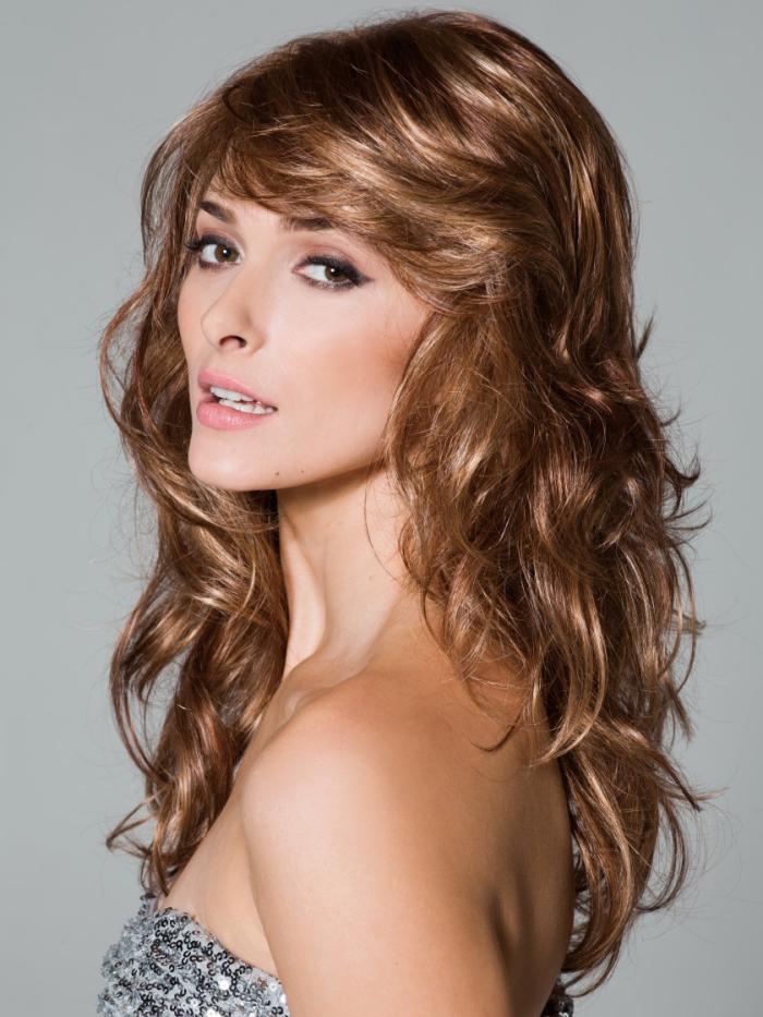 cheveux chatain, modèle de robe grise avec bustier en forme coeur et paillettes, maquillage avec rouge à lèvre rose et crayon noir pour yeux