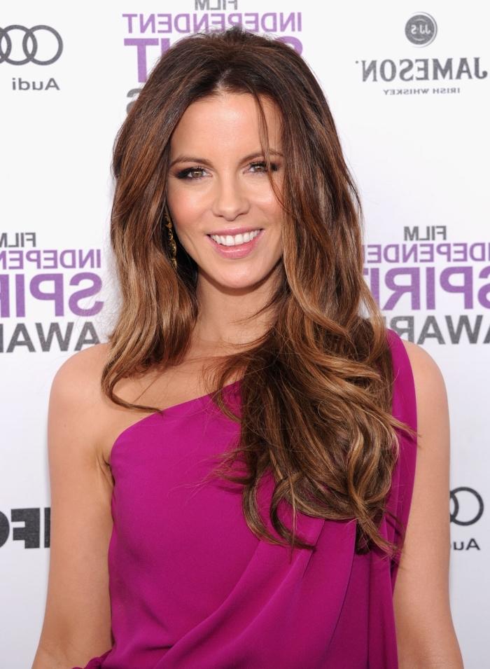 comment choisir sa couleur de cheveux, femme en robe violette avec col asymétrique, coloration châtain avec racines foncées