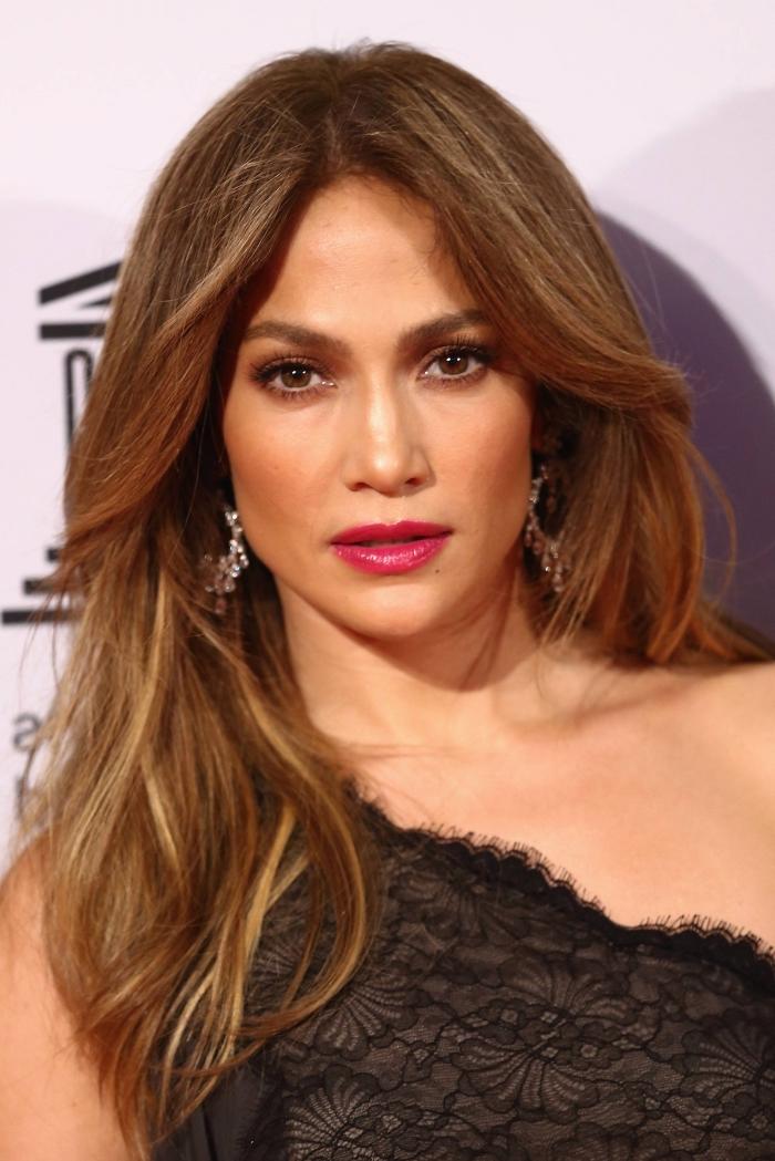 quelle couleur de cheveux choisir, coiffure de célébrité, Jennifer Lopez aux cheveux longs et châtain avec mèches cuivrées et blonde