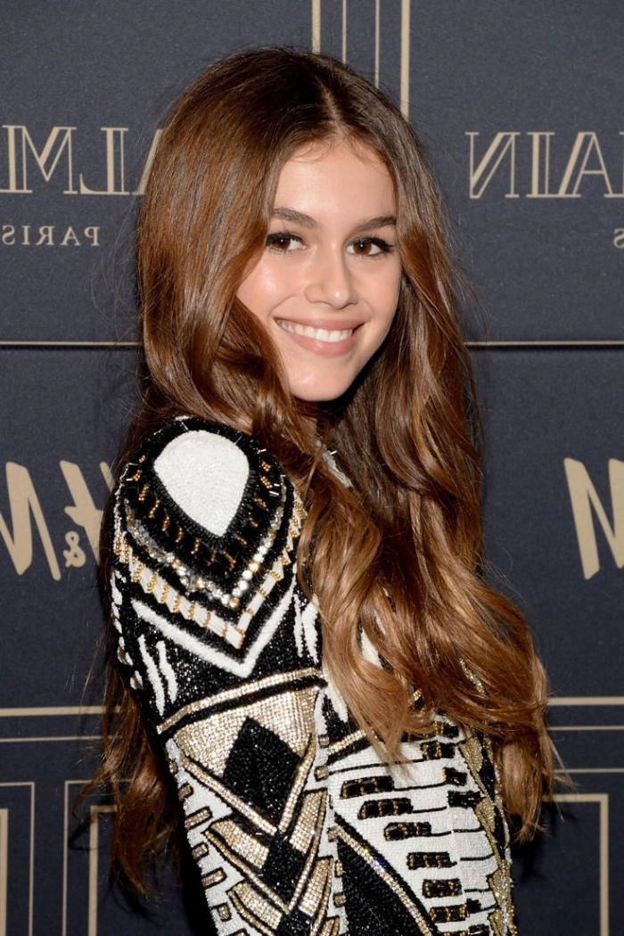 couleur de cheveux, modèle de robe blanc et noir à motifs géométriques dorés, coupe de cheveux longs et bouclés femme