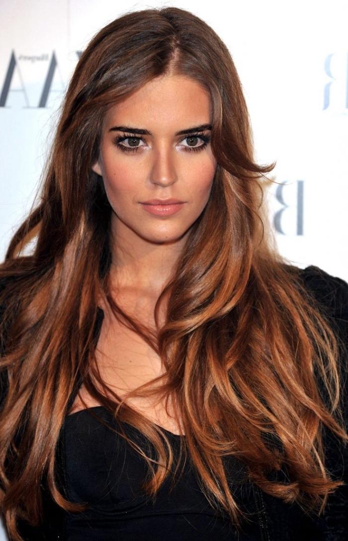 quelle couleur de cheveux choisir, robe noire au bustier coeur avec blazer noir, coiffure cheveux longs avec frange sur le côté