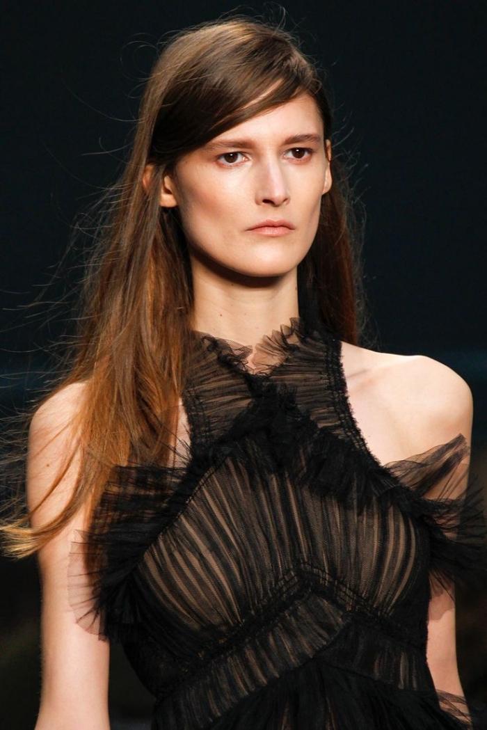 couleur cuivrée, cheveux longs avec racines châtain foncé et pointes cuivrées, modèle de robe excentrique noire