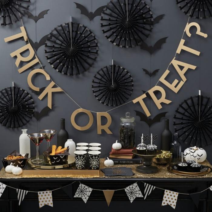 organisation fête Halloween en or et noir, guirlande décorative en papier doré avec chauves-souris en papier noir
