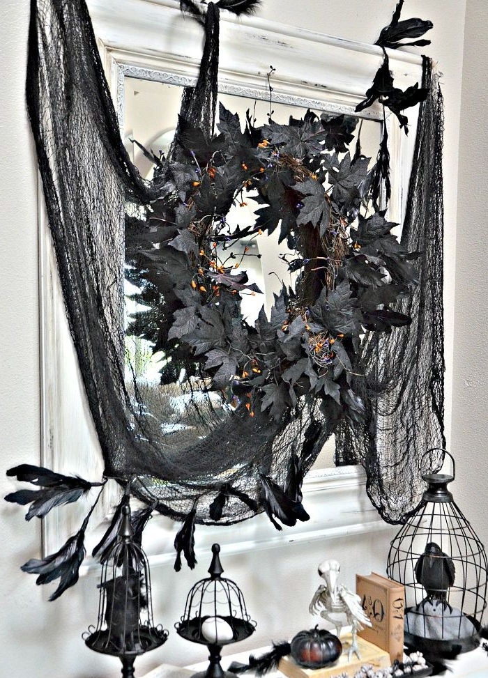 bricolage halloween, déco d'intérieur en blanc et noir avec tulle noire et miroir blanc en style vintage