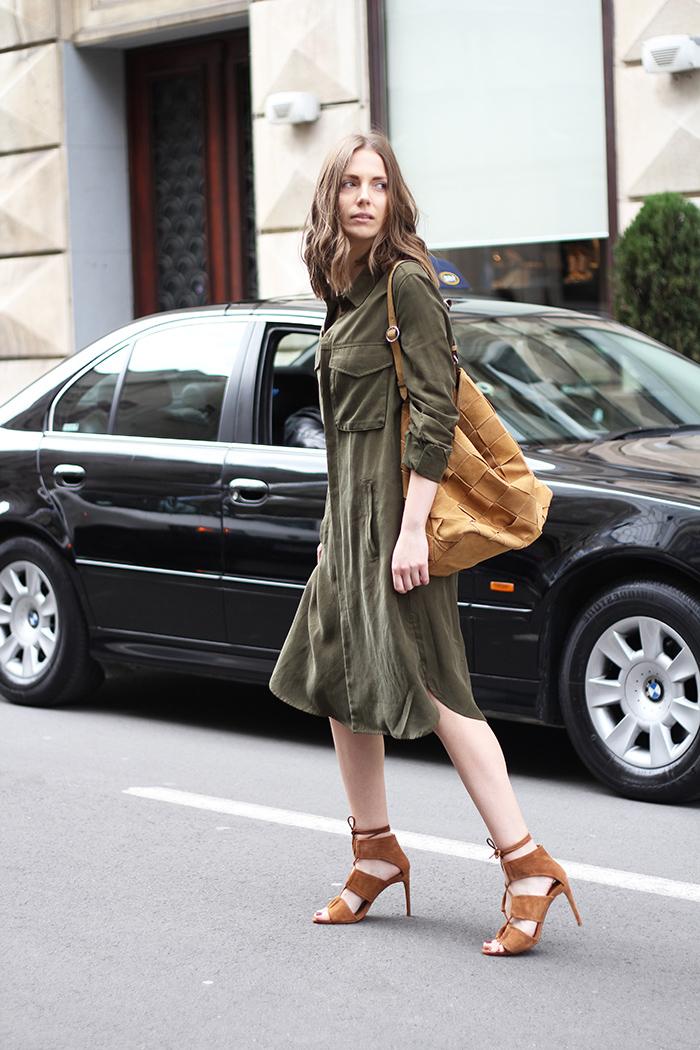 tenue en style militaire féminisée par une robe kaki de type chemise et des bottines ouvertes à lacets en daim camel