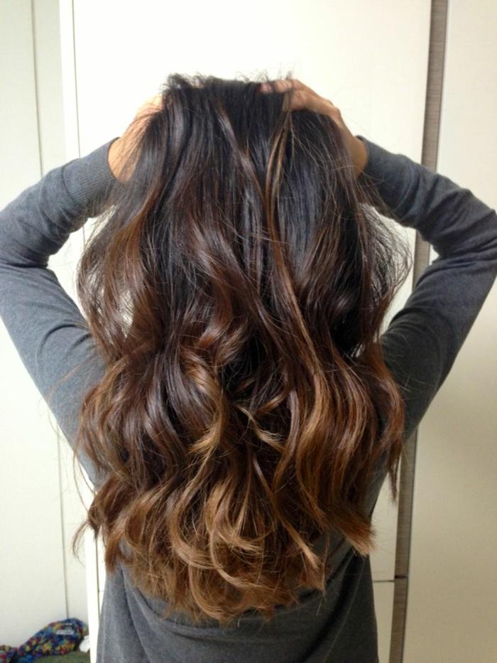 cheveux auburn, cheveux chatains aux bouts caramel, longueurs aux couleurs chaleureuses