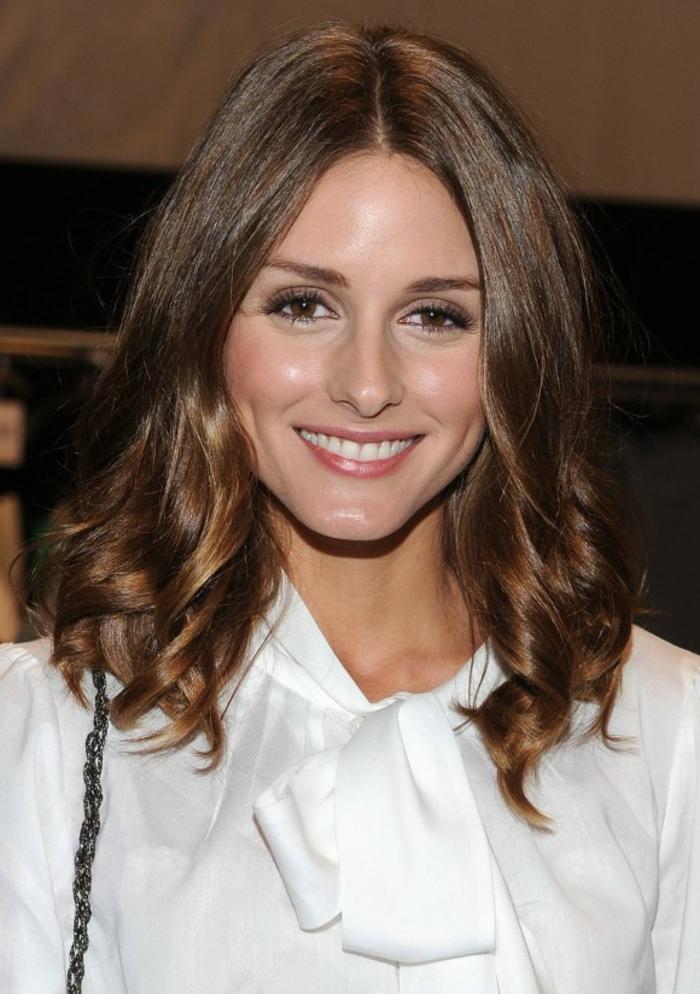 cheveux auburn, Olivia Palermo, cheveux bouclés, frange symétrique, yeux marrons