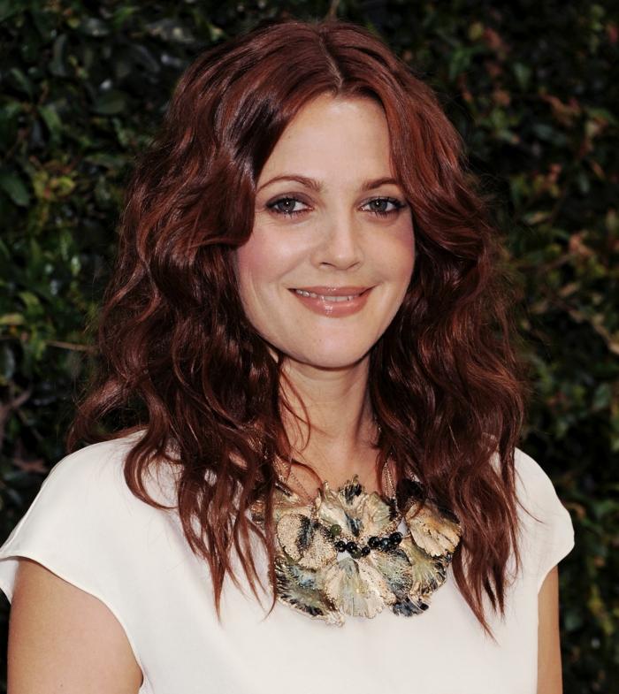 cheveux auburn, la coiffure magnifique de Drew Barrymore, t-shirt blanc et collier original