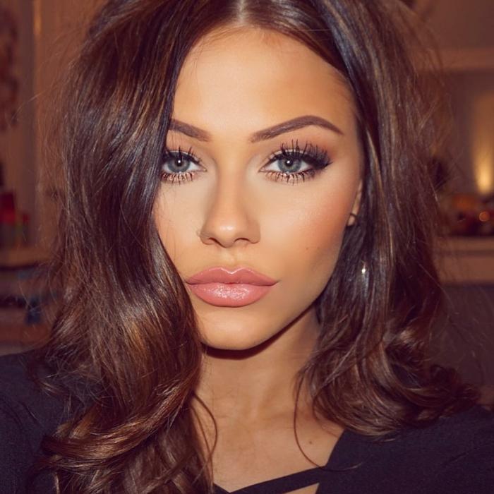 cheveux auburn, lèvres roses, yeux bleus, maquillage de soirée, cheveux bouclés