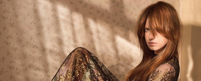 coloration rousse, coiffure cheveux raids avec frange long, robe longue transparentes avec broderie florale dorée