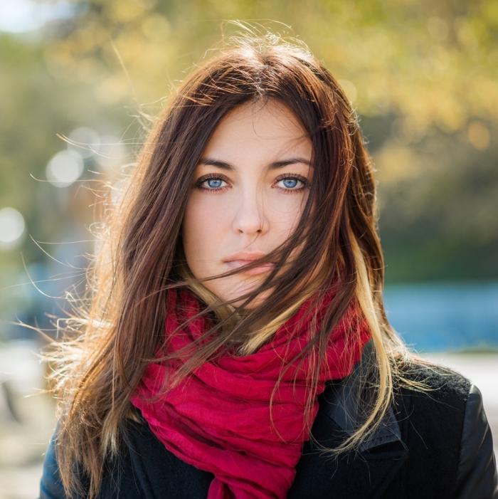 quelle couleur de cheveux, tenue en veste cuir noir et écharpe longue rouge, coiffure cheveux femme châtain clair avec mèches cuivre et blonde