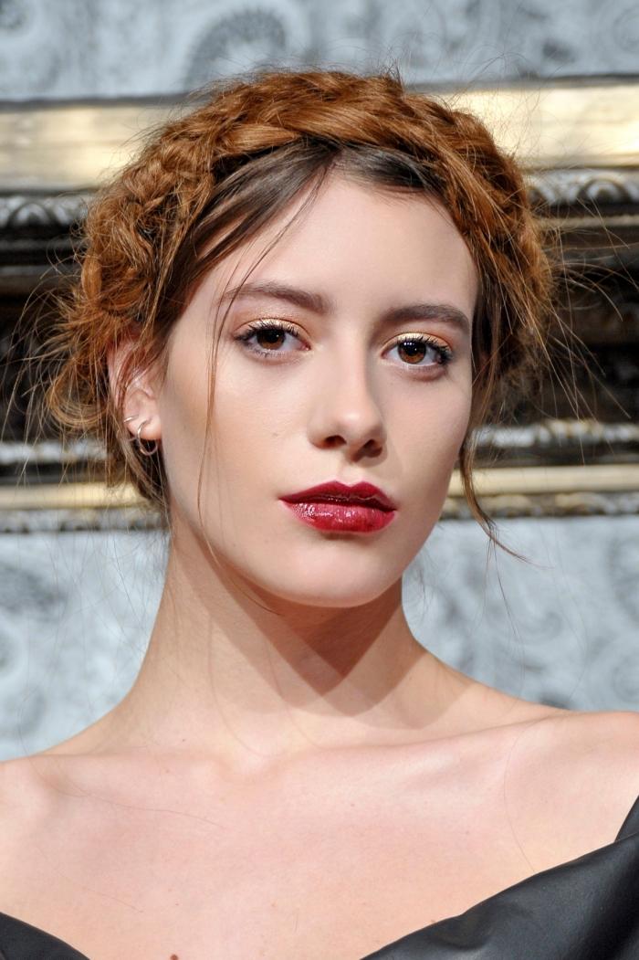 cheveux chatain clair, coiffure femme aux cheveux attachés en chignon bas avec tresse artificielle couronne cuivrée