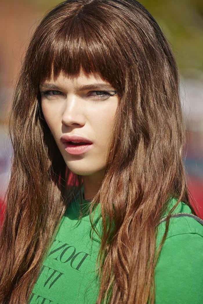 une coupe de cheveux avec frange facile à coiffer, cheveux marron glacé à jolies ondulations et à frange mi-longue