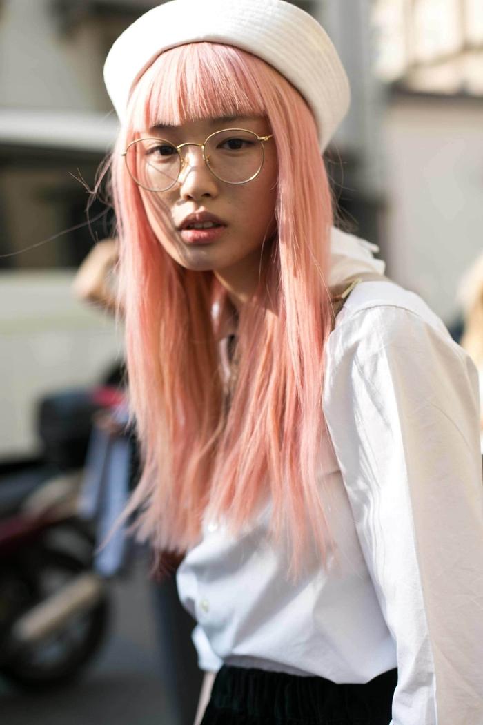 comment porter la frange droite et courte sur des cheveux raides, coloration pastel tendance associée avec une frange graphique