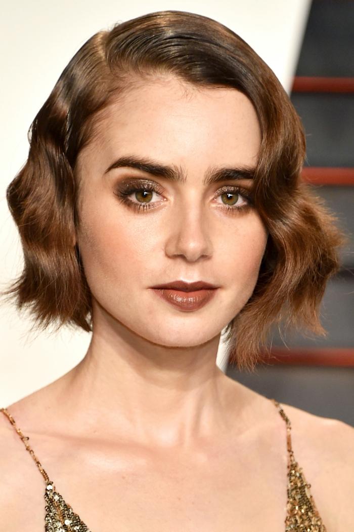 cheveux ondulé, yeux couleur noisette, sourcils épais, cheveux ondulants couleur chataîn