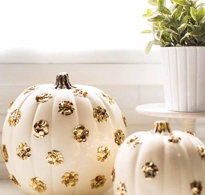 activité manuelle halloween, citrouille blanche avec déco florale en or, objets décoratifs pour Halloween en blanc