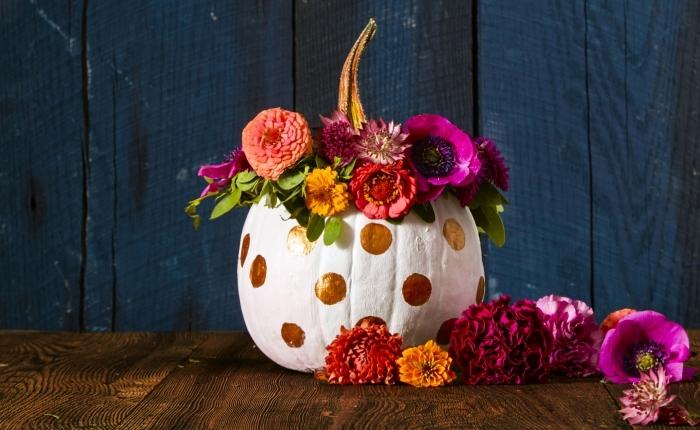 modele citrouille halloween, citrouille blanche avec dots dorés et fleurs, pièce aux sol en bois stratifié et murs en bois peints bleu foncé,