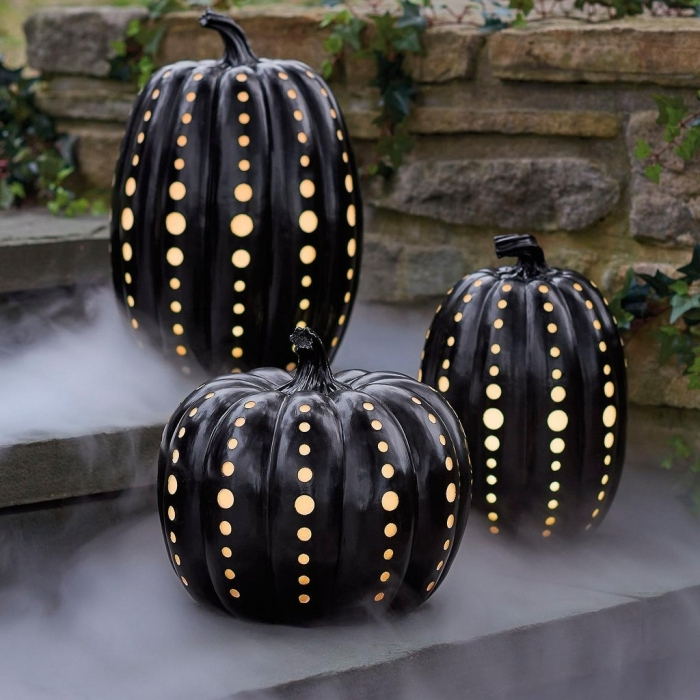 décoration halloween a fabriquer, citrouille lumineuse peintes en noir pour extérieur style halloween