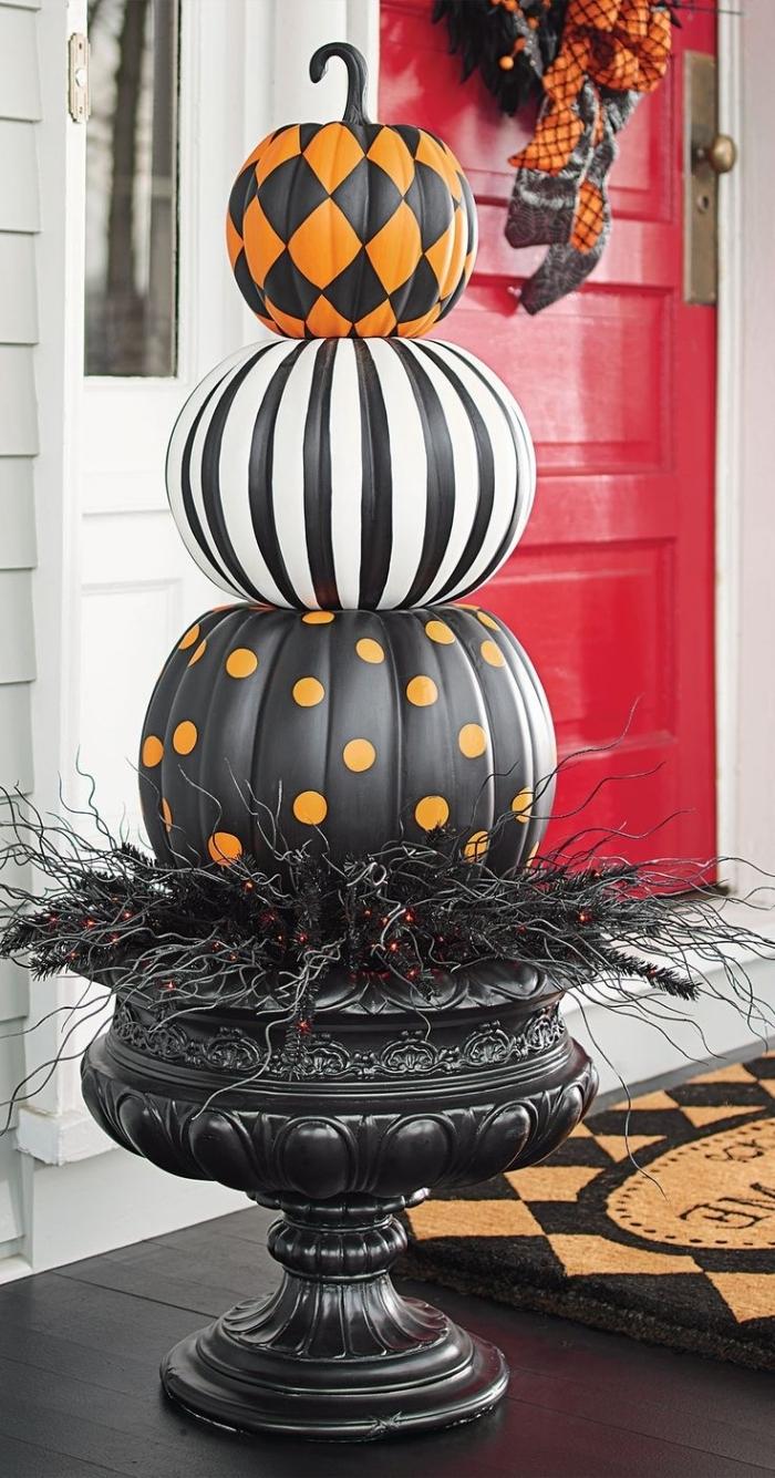 modele citrouille halloween, déco véranda Halloween avec fontaine en citrouilles peintes en blanc et noir