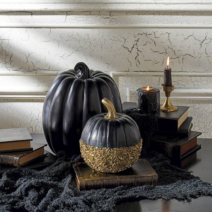 activité halloween, salon aux murs blancs avec meubles noirs, décoration table noire avec livres et citrouille noir et or