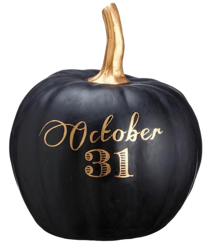 décoration d halloween a faire sois meme, citrouille en polystyrène peinte en noir avec lettres date Halloween en or