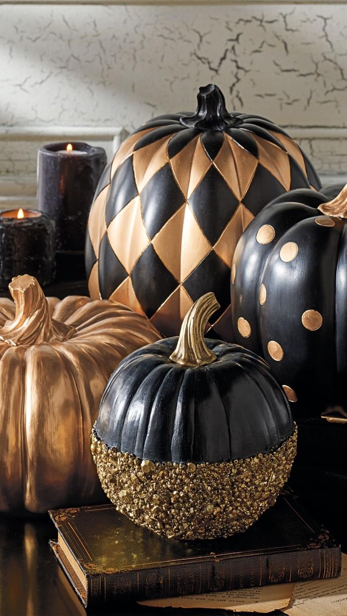objet deco, activité manuelle avec citrouille en polystyrène et peinture noir et or glitter, accessoires décoratifs pour halloween en noir et or