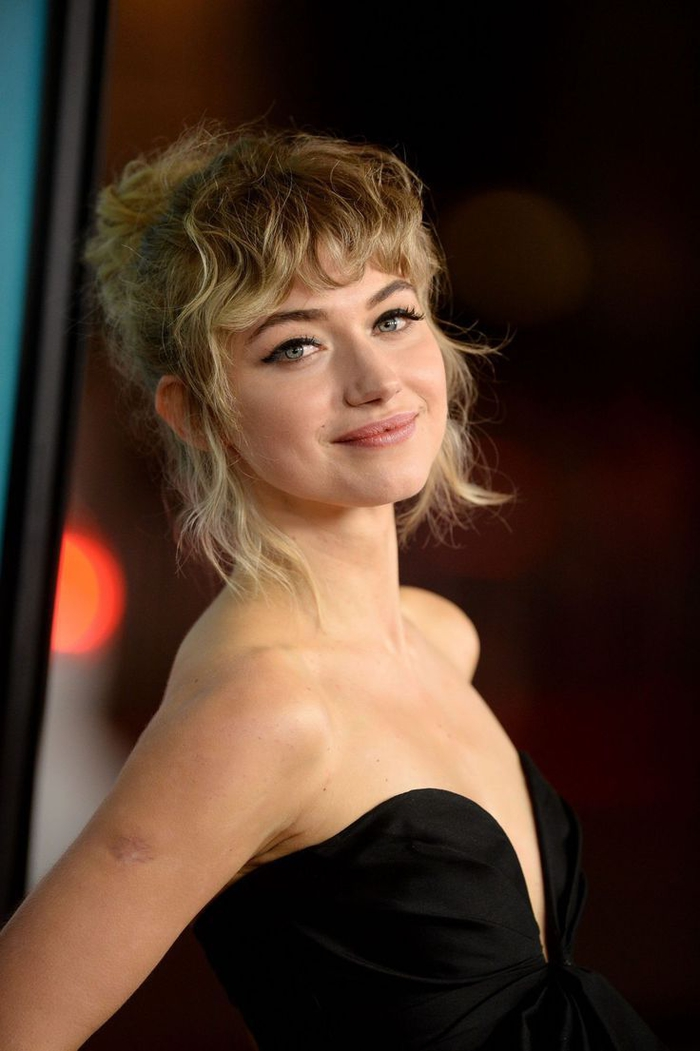 des cheveux bouclés attachés en chignon élégant et portés avec une frange ondulée, idée pour une coiffure femme frange au look naturel