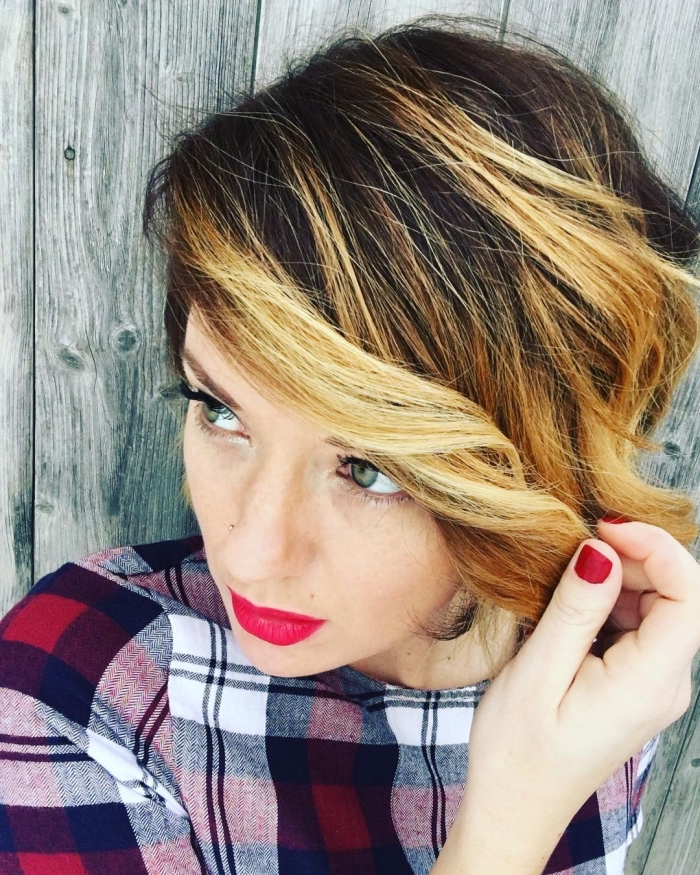 frange longue, robe carrée en blanc noir et rouge, coiffure coupe courte avec racines foncées et pointes éclaircies