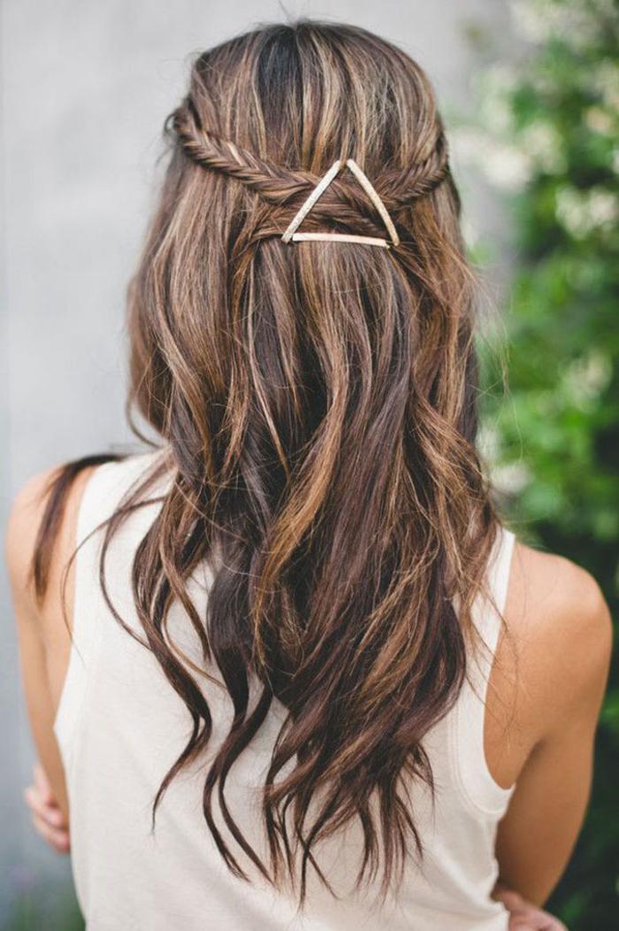réaliser une coiffure simple et rapide avec deux tresses épi-de-blé attachés en arrière à l'aide des pinces en triangle