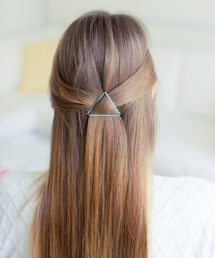 coiffure simple et rapide réalisée à l'aide des barrettes coloréee en triangle, demie queue-de-cheval sublimée par des accessoires capillaires