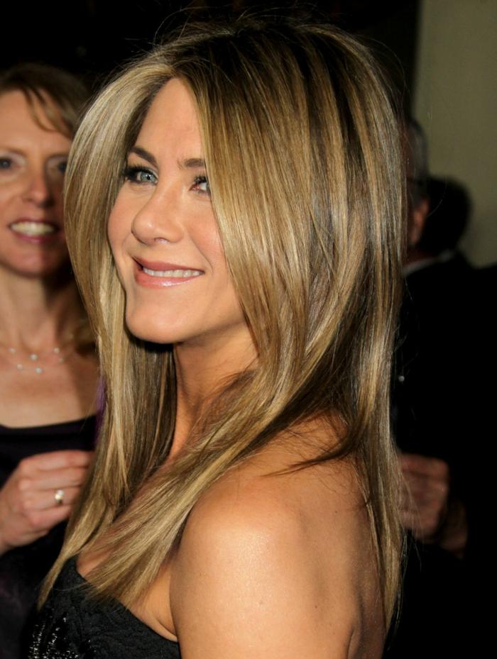 coiffure cheveux carré long, cheveux lissés, coiffure de Jennifer Aniston, maquillage simple
