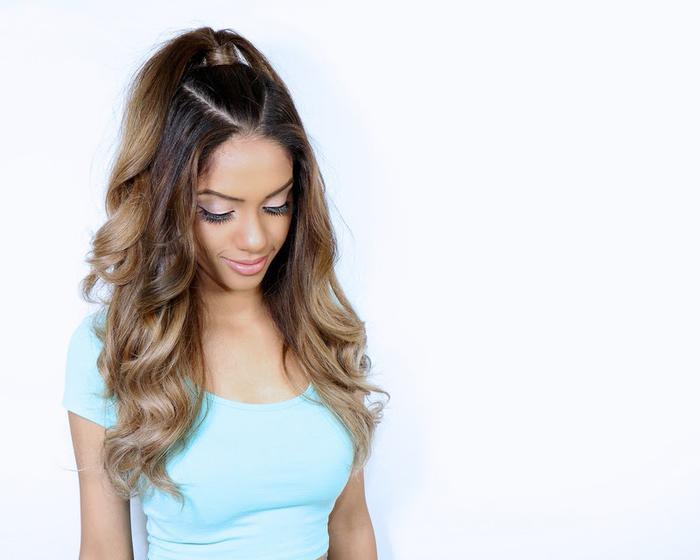 créer un effet de volume sur une coiffure cheveux longs en réalisant une demi queue-de-cheval haute comme celle d'ariana grande