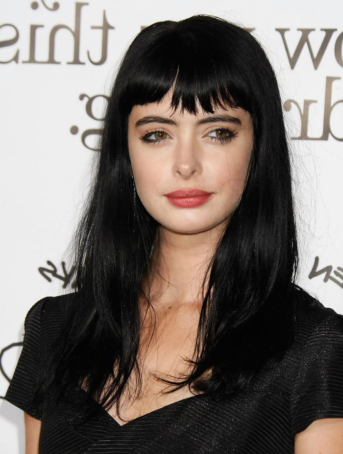sublimez les longs cheveux noirs avec une frange déstructurée et effilée qui couvre le front