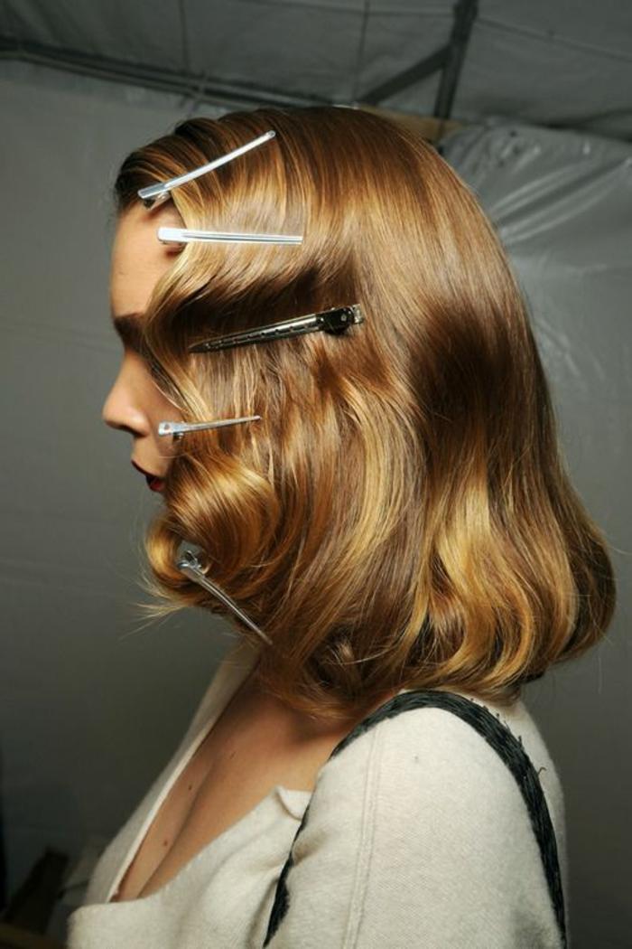 coiffure cheveux ondulés, comment onduler ses cheveux, utiliser des pinces pour se friser les cheveux