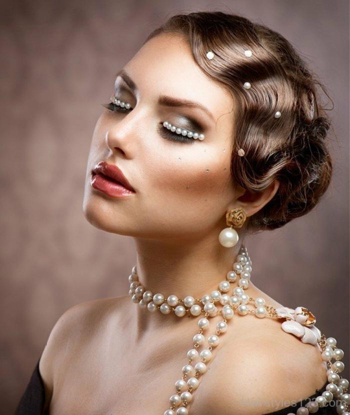 coiffure cheveux ondulés, look classy avec des perles blanches, maquillage extravagant