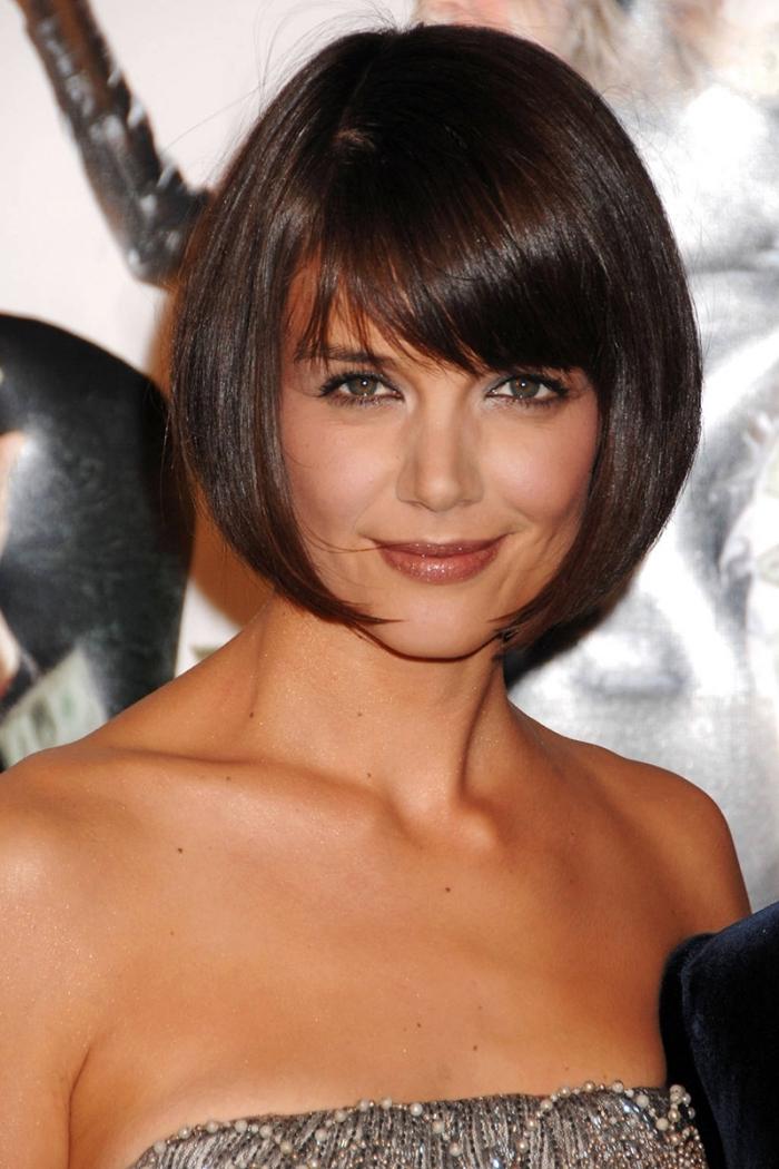 coupe de cheveux court femme, robe grise en paillettes avec bustier, maquillage aux lèvres marron et mascara noir