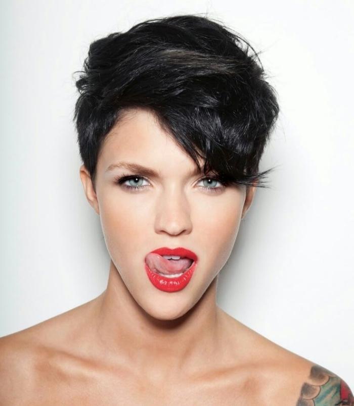 frange sur le coté pour quel visage, maquillage aux lèvres rouge et eye-liner noir, coupe de cheveux courte femme