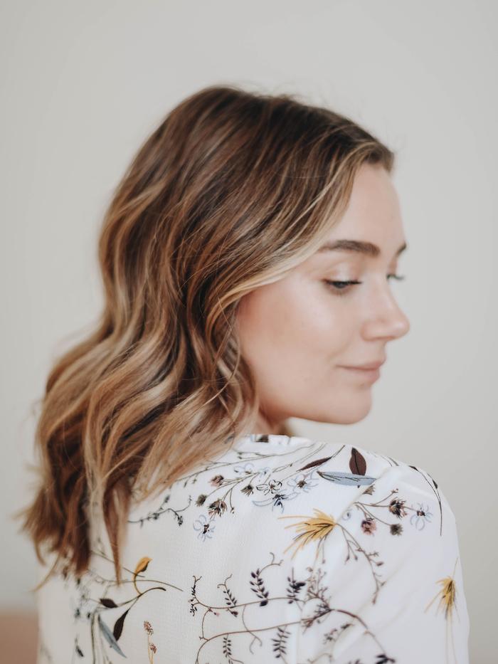 coiffure simple cheveux mi long avec de légères ondulations réalisées au fer à friser ou au lisseur