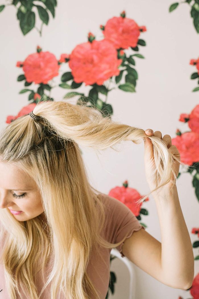 une coiffure simple cheveux mi long et longs avec chignon haut perché combiné avec des jolies ondulations sur les longueurs