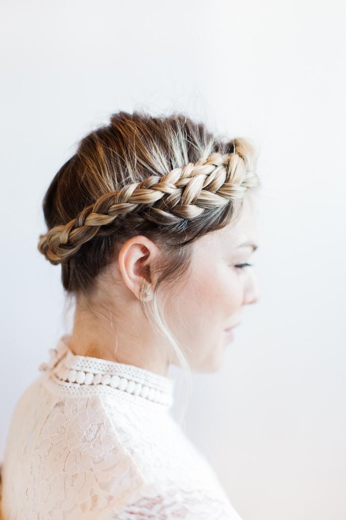 tuto tresse facile pour réaliser une coiffure romantique et bohème chic avec couronne de cheveux tressés