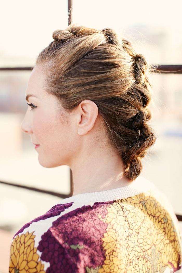 une coiffure cheveux attachés chic et romantique imitant une coiffure hawk avec ses tortillons