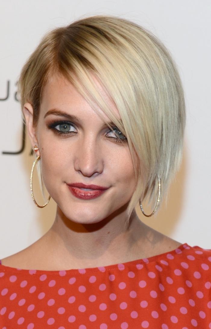 coupe de cheveux avec frange, maquillage aux lèvres marron et fards à paupières marron foncé, couleur de cheveux blond avec racines châtain clair