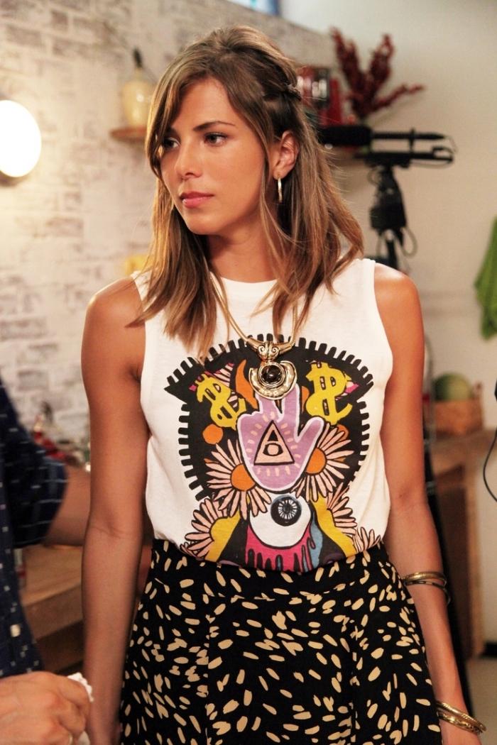 frange sur le coté pour quel visage, tenue féminine en débardeur blanc à motifs hippie et jupe haute taille en beige et noir