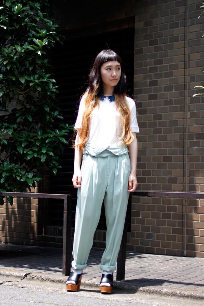 une coloration tie and dye blonde réalisée sur cheveux longs ondulés à frange droite version mini